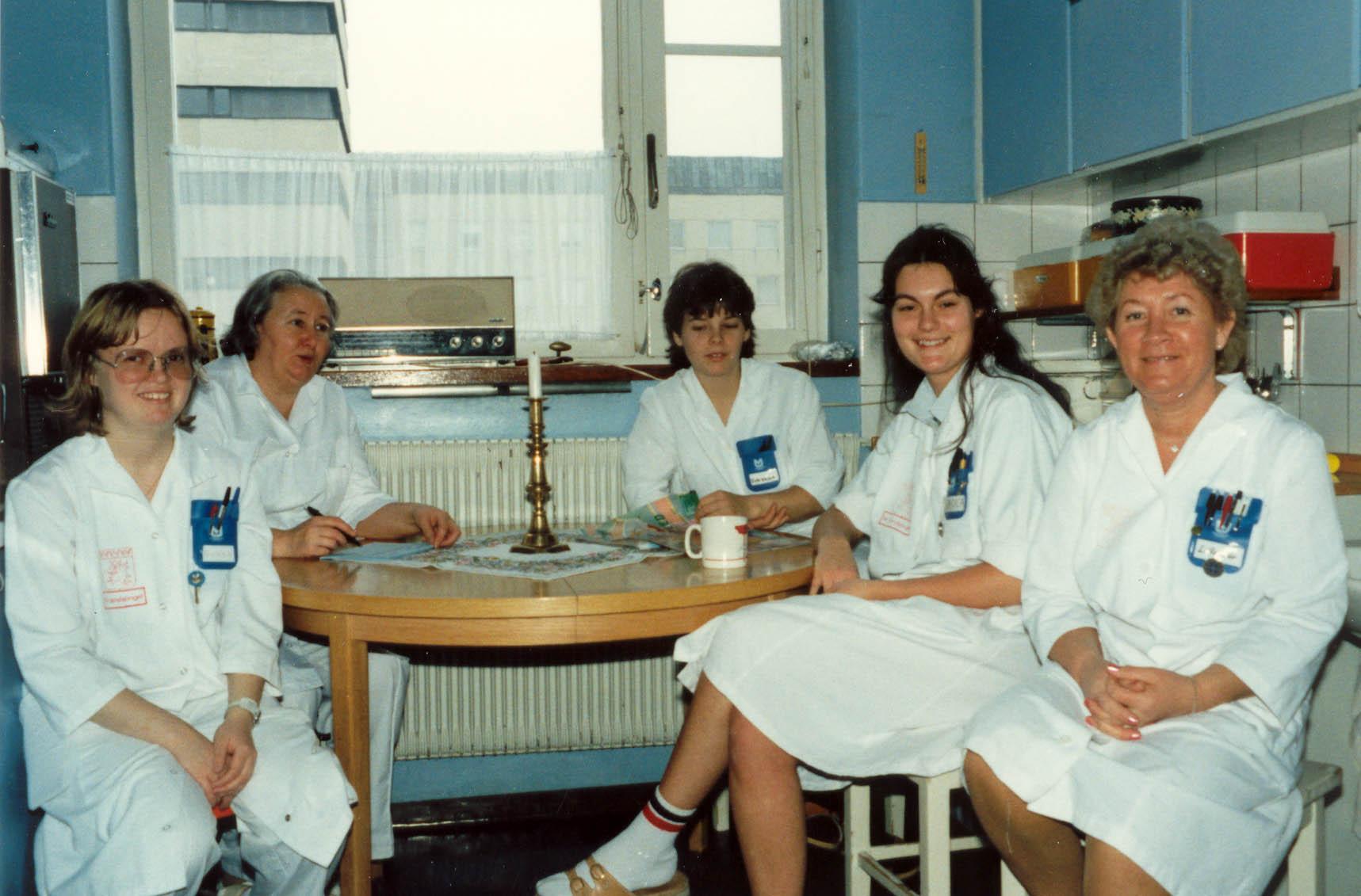 Kaffepaus på vårdavdelning 41 på 1980-talet. Undersköterskan Lillemor Löfgren längst till höger.