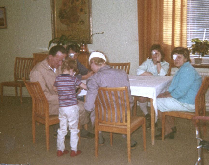 Uppegående i dagrummet på ögonkliniken i Lund 1961. S. k. iritförband på den närmaste patienten