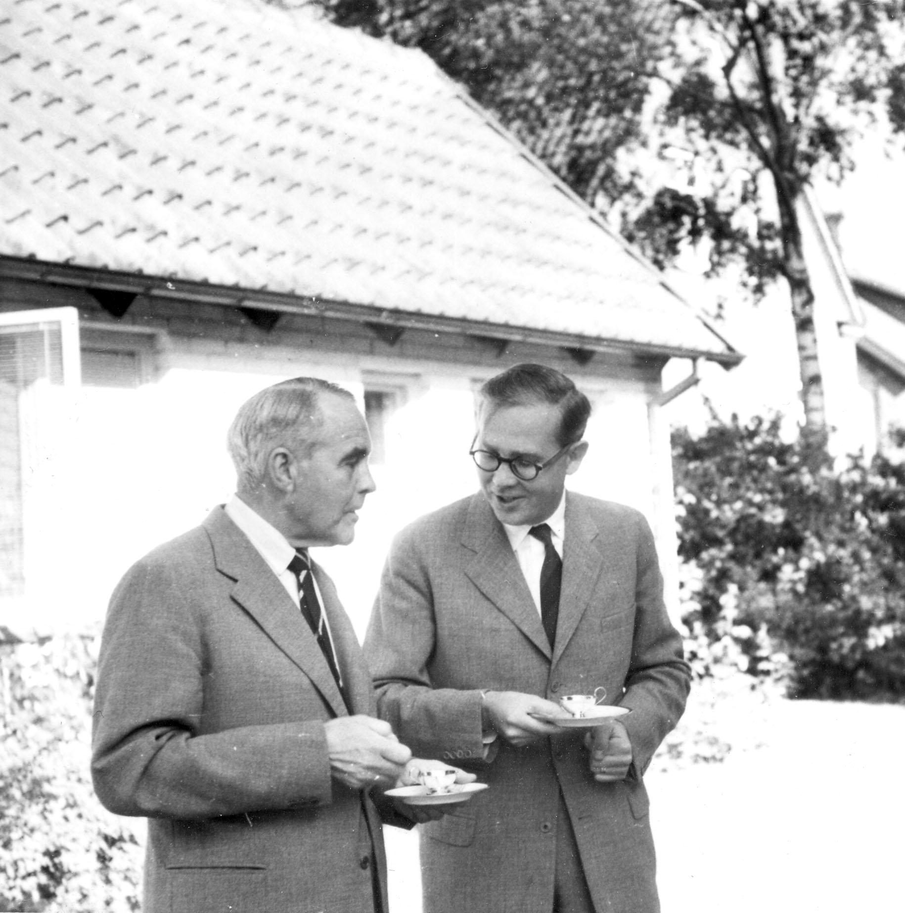 Sven Larsson och Torsten Krakau på Sven Larssons avskedsparty, rimligen 1959.