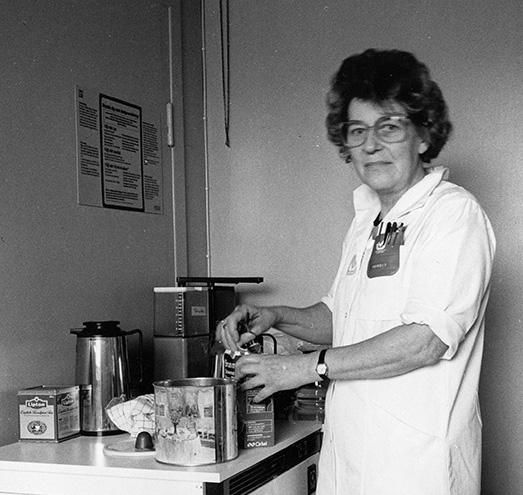 """Städerskan """"Kaffe-Margit"""" på onklologiska kliniken. Foto Ola Terje 1988 - 1989."""