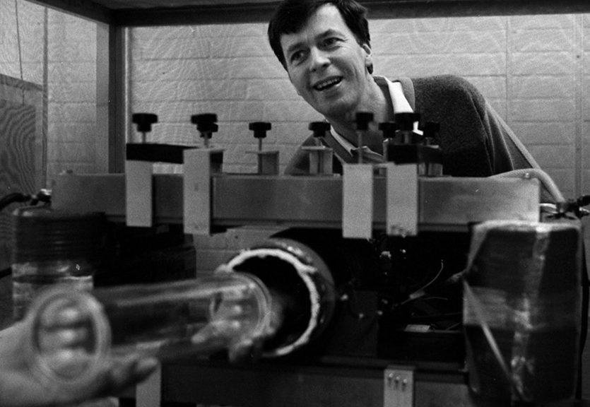 Professor Bertil Persson, sjukhusfysiker, vid sin 0,007Tesla MR-maskin,