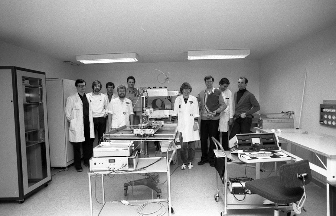 Bertil Perssons forskargrupp vid hans 0,007T MR-kamera byggd 1983-84